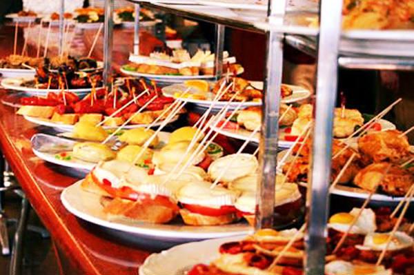 La tradizione dell'aperitivo a Genova è di solida e lunga durata. Vediamo quali sono i migliori bar dove si servono le migliori miscele e si gustano gli stuzzichini più buoni. FATECI AVERE LE VOSTRE SEGNALAZIONI.